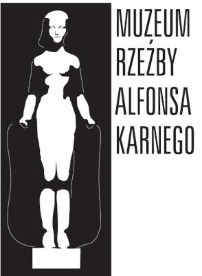 Po lewej stronie widnieje biały zarys rzeźby kobiety na czarnym tle Muzeum Alfonsa Karnego, prawa część obrazu przedstawia napis czarnymi literami na białym tle: Muzeum Rzeźby Alfonsa Karnego